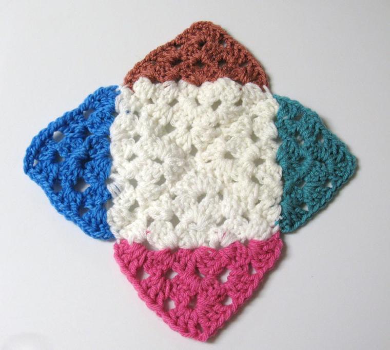 assemblage carre bicolore a la diagonale
