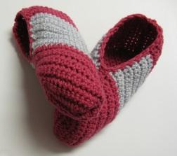 Pantoufles à larges bandes diagonales pour femmes